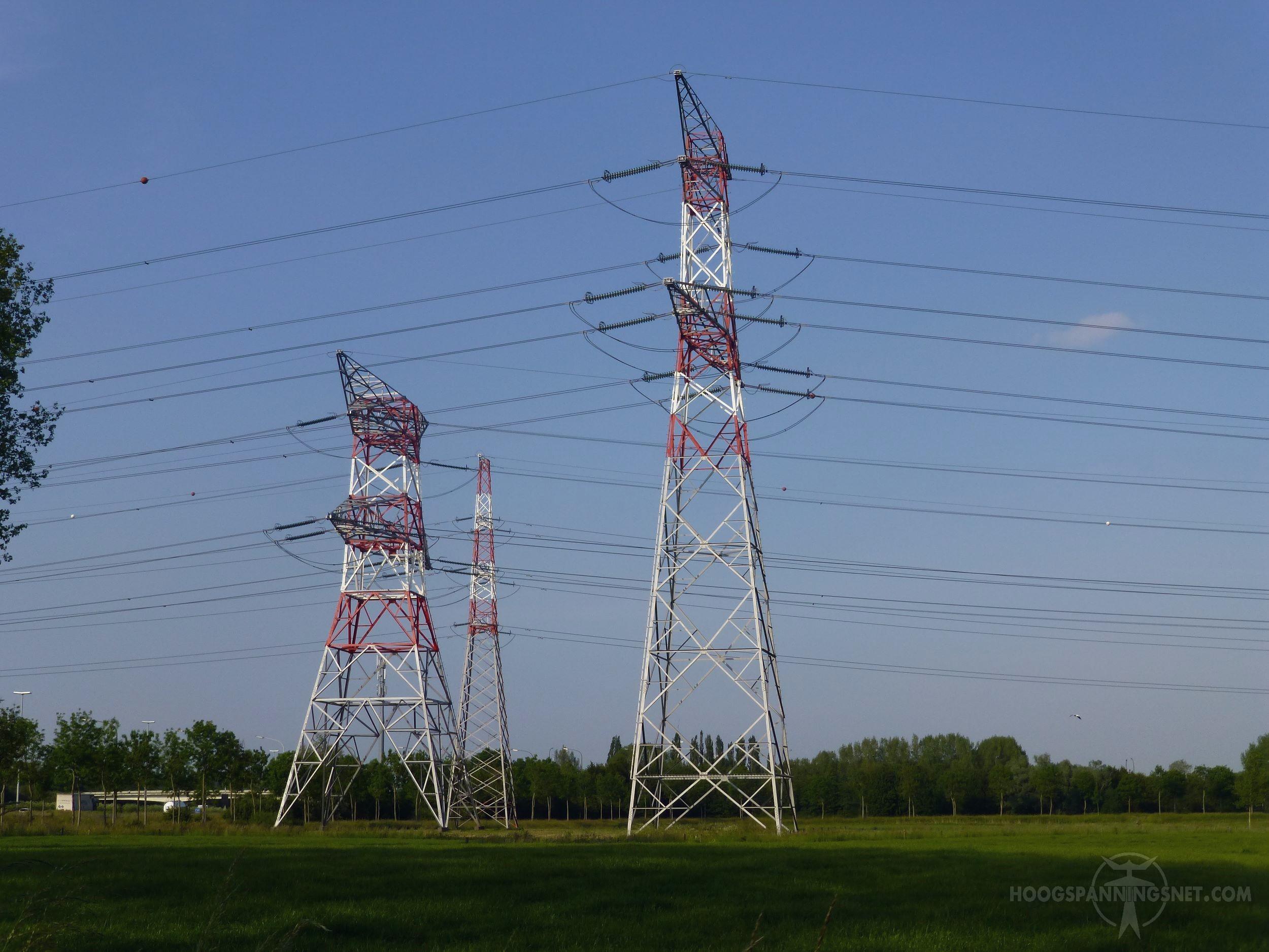 Stoere Belgische masten met roodwitte toppen