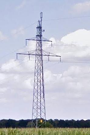 Achtergelaten antenne in een hoogspanningsmast