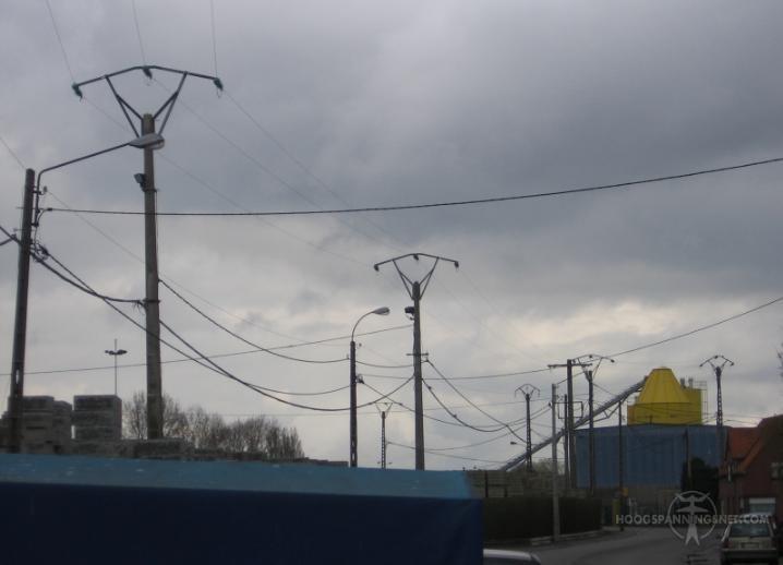 Betonnen zadelmasten in een industrieparkje