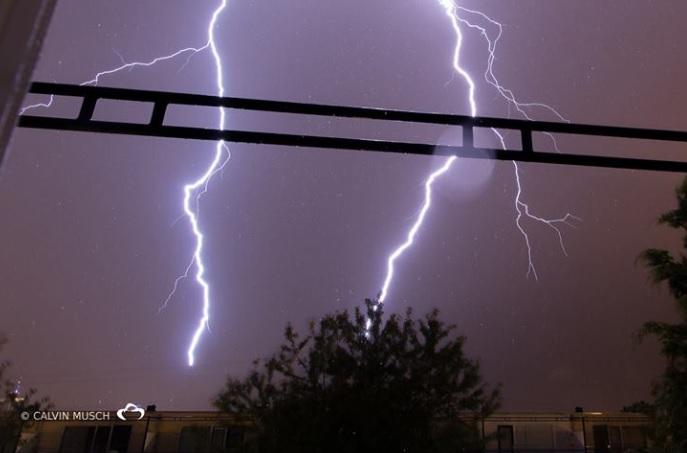 Blikseminslag negeert de bliksemdraad en treft fasedraad (foto Calvin Musch)