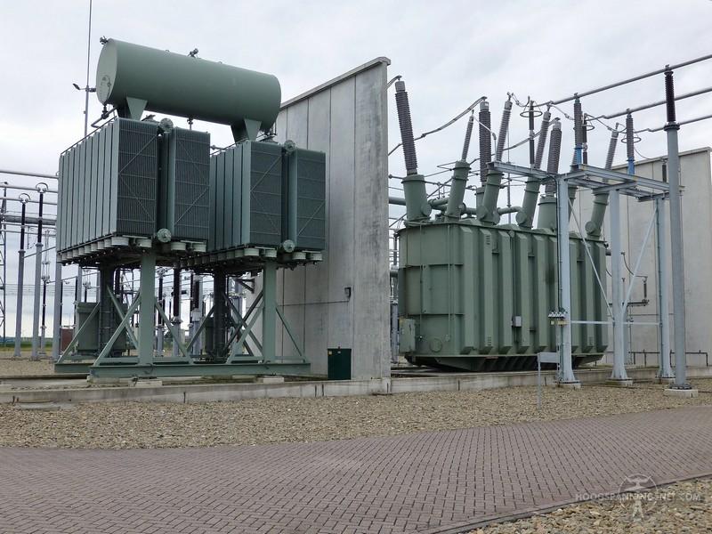 Grote transformator met externe koelelementen