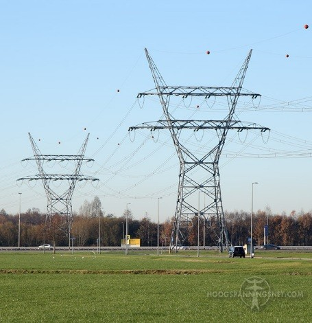 Toren van een deltamast splitst in tweeën