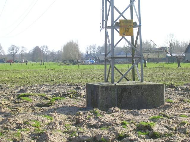 Betonblok voor een oude 50 kV-mast